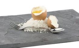 Een grijze lei met een gekookt ei Royalty-vrije Stock Afbeelding