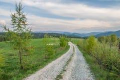 Een grintweg in Bieszczady-Bergen Stock Foto