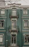 Een groen-betegeld huis in de stad in Lissabon, Portugal Stock Afbeeldingen