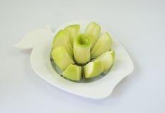 Een groene appel in een fruit-verdeler Stock Foto's