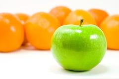 Een groene Appel en Sinaasappelen Royalty-vrije Stock Afbeelding