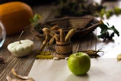Een groene appel op een wit blad op een houten achtergrond Royalty-vrije Stock Fotografie