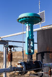 Een groene controleklep op gasleiding Stock Fotografie