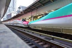 Een groene de hoge snelheidsultrasnelle trein van Reekse5 Shinkansen Royalty-vrije Stock Foto's