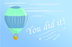 Een groene en blauwe hete luchtballon vliegt in de hemel Vliegen in een hete luchtballon Royalty-vrije Stock Afbeelding