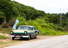 Een groene klassieke auto drived in binnenlands Cuba Stock Fotografie