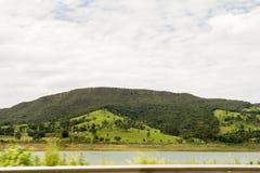 Een groene montain boven de blauwe hemel stock foto's