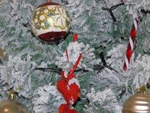 Een groene nette Kerstmisboom met sneeuw stock fotografie