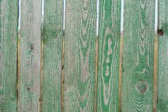 Een groene omheining met hiaten stock fotografie