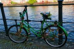 een groene oude fiets omgezet in kunstwerk stock foto