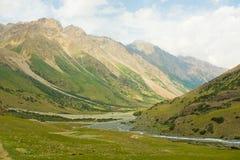 Een Groene Vallei in Kyrgyzstan met Rocky Peaks Royalty-vrije Stock Afbeeldingen