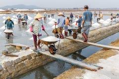 Een groep arbeiders bij de zoute gebieden van Hon Khoi in Nha Trang, wedijvert Royalty-vrije Stock Afbeelding
