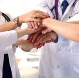 Een groep artsen die handen schudden royalty-vrije stock afbeeldingen