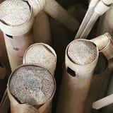 Een groep bamboefluiten in een showcase Stock Afbeelding