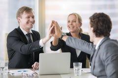 Een groep bedrijfsleiders die hoogte vijf geven royalty-vrije stock afbeelding
