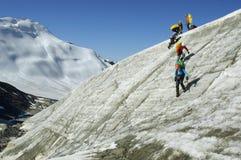 Een groep bergbeklimmers die onderaan een steile glac beklimmen Royalty-vrije Stock Foto