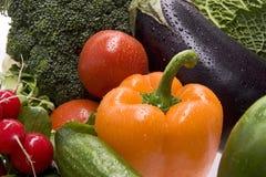 Een groep bestrooide verse groenten. Stock Foto