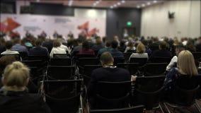 Een groep die mensen aan de spreker op de conferentie luisteren Zakenlieden op de conferentie HD stock footage