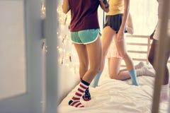 Een groep diverse tieners die zich op bed bevinden stock foto's