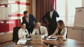 Een groep gefrustreerd en ontbroken zakenlieden stock video