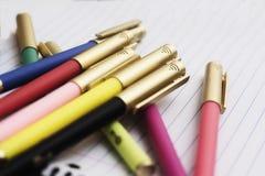Een groep gekleurde pennen klaar om naar school, een bureau terug te keren of art. tot stand te brengen Stock Afbeelding