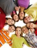 Een groep gelukkige tieners die uit samen hangen Stock Afbeelding