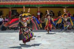 Een groep Gemaskeerde dansers die in traditioneel Ladakhi-Kostuum tijdens het jaarlijkse Hemis-festival presteren stock afbeelding