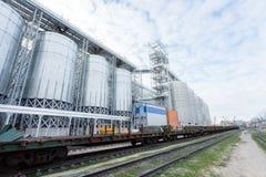 Een groep graanschuuren voor het opslaan van tarwe en andere graankorrels Een rij van graanschuuren tegen de blauwe hemel stock foto