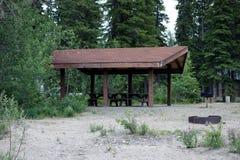 Een groep het kamperen plaats in een bos Royalty-vrije Stock Afbeelding