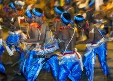 Een groep Houten Tappers presteert langs de straten van Kandy tijdens Esala Perahera in Sri Lanka Stock Afbeeldingen
