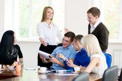 Een groep jonge bedrijfsmensen in het bureau die pretdiscus hebben Stock Afbeelding