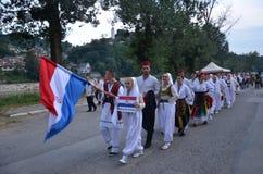 Een groep jonge meisjes en jongens in volks Kroatische kostuums Stock Afbeelding