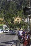 Een groep jonge meisjes loopt naar huis van school in Maraval, Trinidad stock foto
