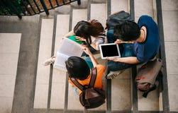 Een groep jongelui of tiener Aziatische student op universiteit royalty-vrije stock foto