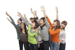 Een groep jongeren die omhoog in opwinding kijken stock afbeeldingen
