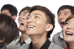 Een groep jongeren die omhoog in opwinding kijken royalty-vrije stock afbeeldingen