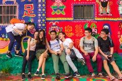 Een Groep Jongeren die een Selfie in de Regenboogdorp van Taichung nemen royalty-vrije stock fotografie