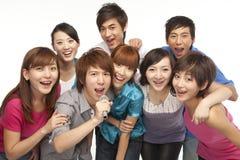 Een groep jongeren het zingen stock foto's