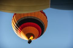 Een groep kleurrijke hete luchtballons tegen Stock Foto's