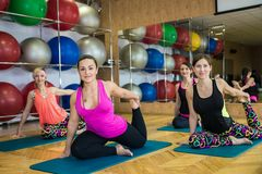Een groep meisjes die yoga doen royalty-vrije stock afbeelding