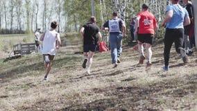 Een groep mensen begon in openlucht lopend in het Park competition Begin een route stock footage