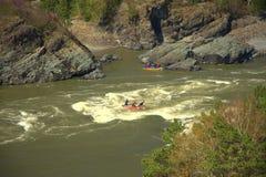 Een groep mensen bij het rafting overwint de stroomversnelling van de bergrivier Katun royalty-vrije stock foto's