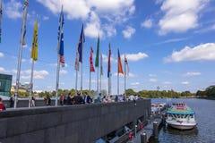 Een groep mensen in de haven van Alster-Meer in het district van de binnenstad van Hamburg, Duitsland royalty-vrije stock foto's