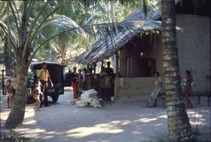 1977 Een groep mensen i een klein dorp Stock Afbeelding