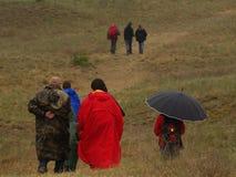 Een groep mensen op een excursie tijdens een slecht weer Stock Afbeelding