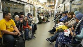 Een groep Moslimtoerist binnen van een reeks van Shinkansen N700A stock video