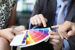 Een groep ontwerpers houdt commerciële vergadering stock afbeelding