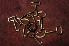 Een groep oude gouden sleutels Stock Afbeeldingen