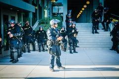 Een groep politiemannen op de campus van UC Berkeley stock fotografie
