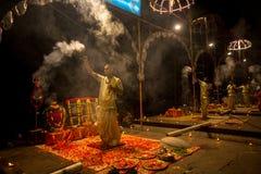 Een groep priesters voert Agni Pooja Sanskrit uit: Verering van Brand op Dashashwamedh Ghat - hoofd en oudste ghat van Varanasi Royalty-vrije Stock Foto